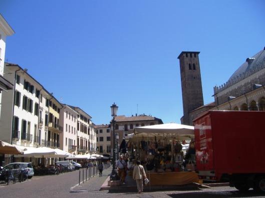 the-markets-in-piazza-dei-signori-10